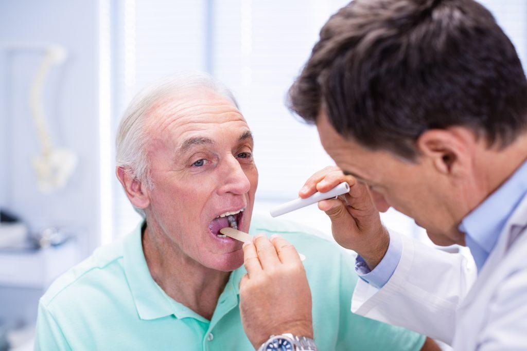 Doktor untersucht den Rachenraum